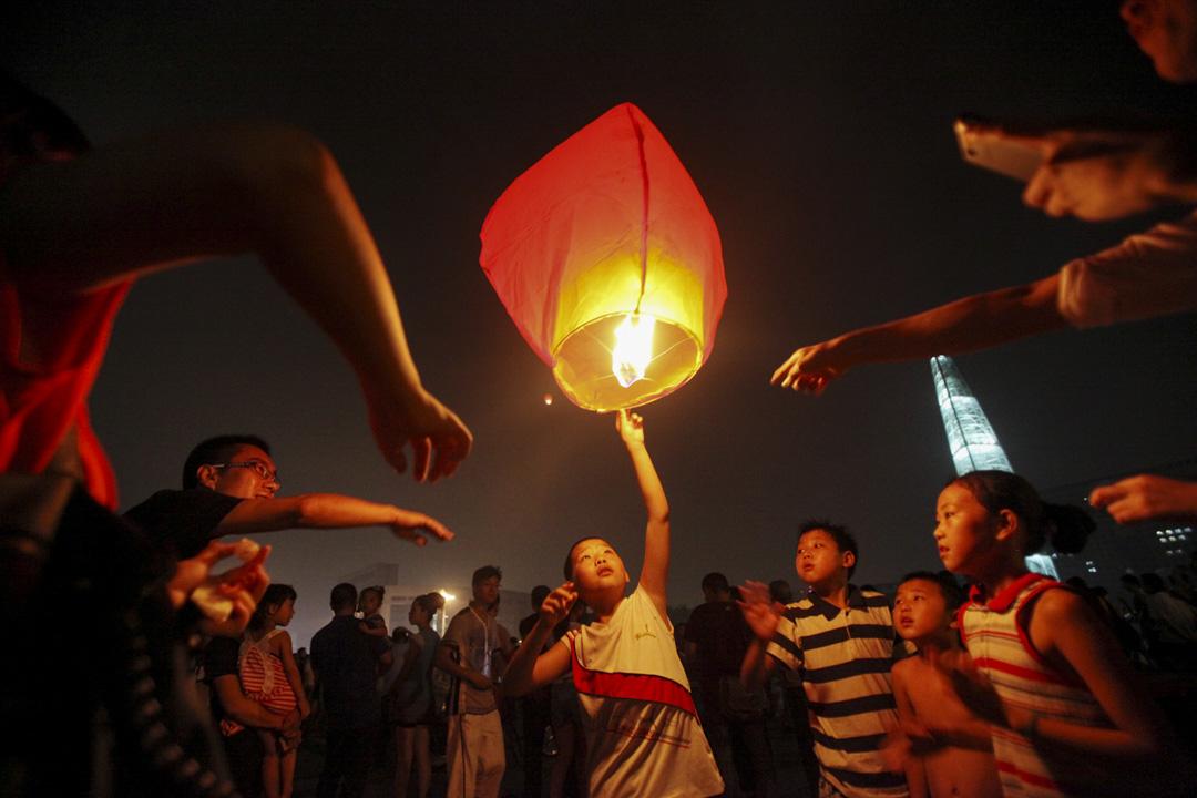 2011年7月25日,温州市民在世紀廣場為温州動車意外的遇難者悼念。
