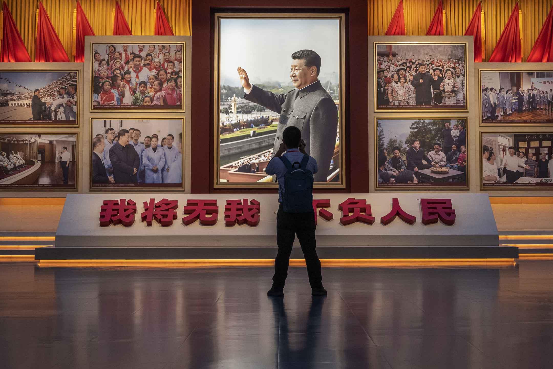 2021年6月25日中國北京,博物館內一名男子在國家主席習近平的照片前。