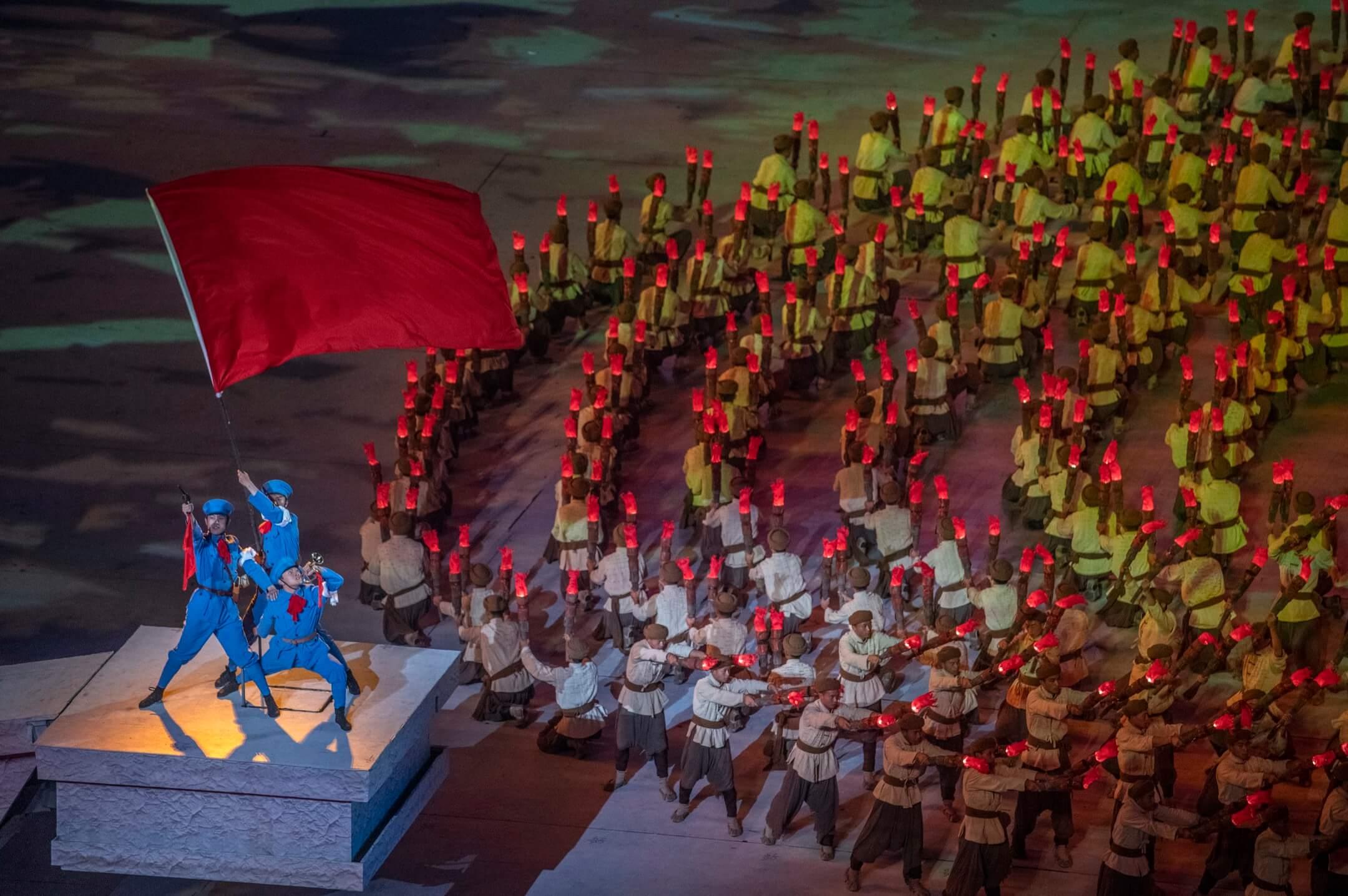 2021年6月28日,中國北京,中共建黨100週年慶典,表演者在國家體育場演出。 攝:Kevin Frayer/Getty Images