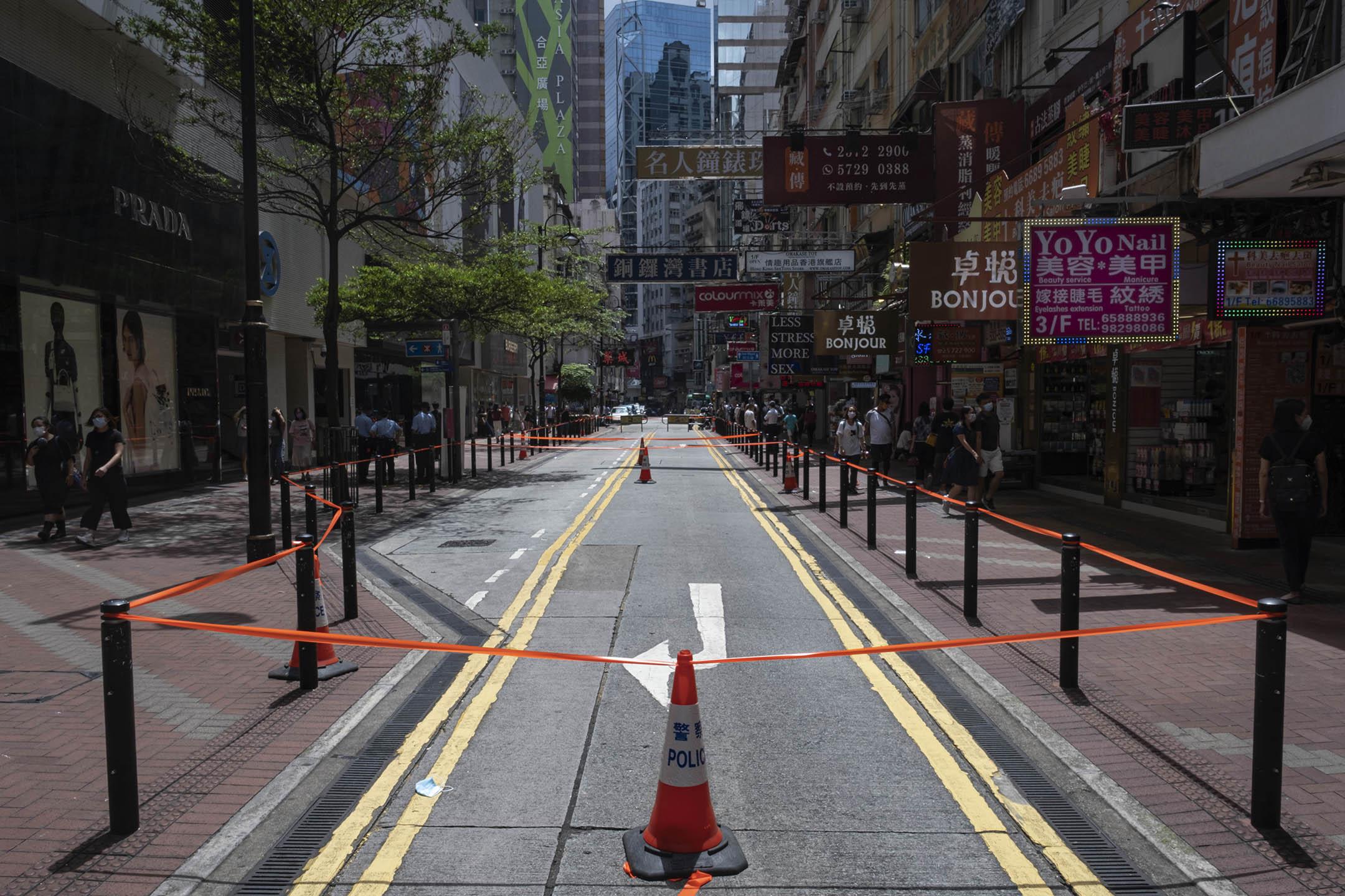 2021年7月1日香港銅鑼灣,大批警員在東角道一帶駐守,封鎖一條馬路。