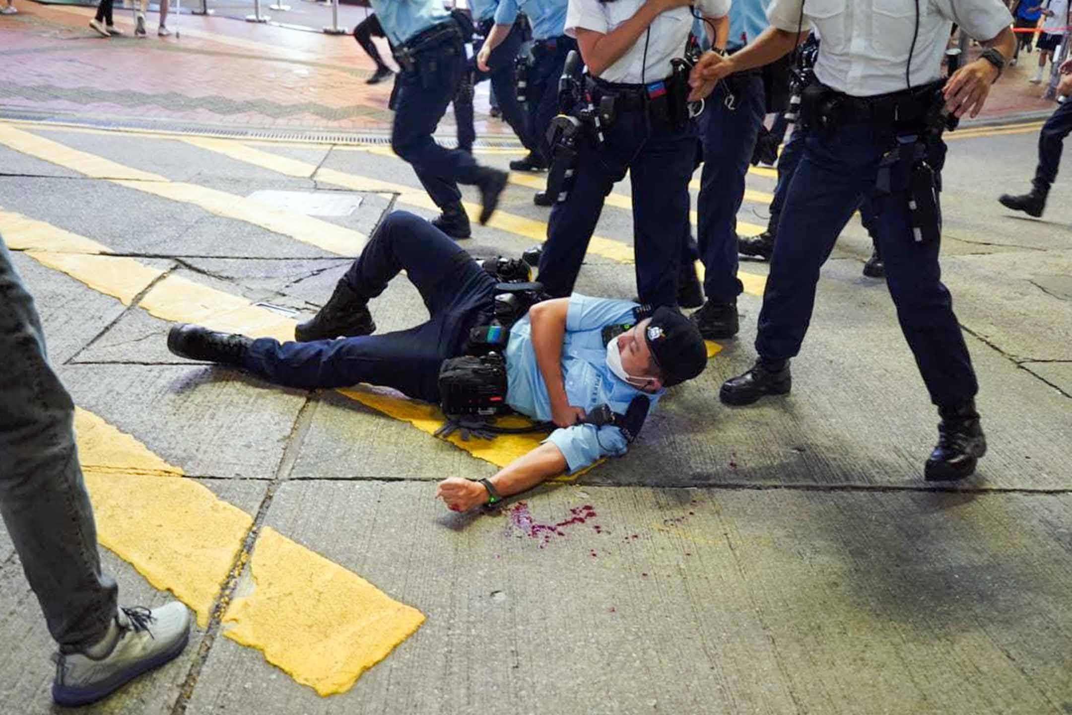 2021年7月1日香港銅鑼灣,一名警員被一名男子用刀刺傷,倒卧地上。 攝:Campus TV HKUSU 香港大學學生會校園電視