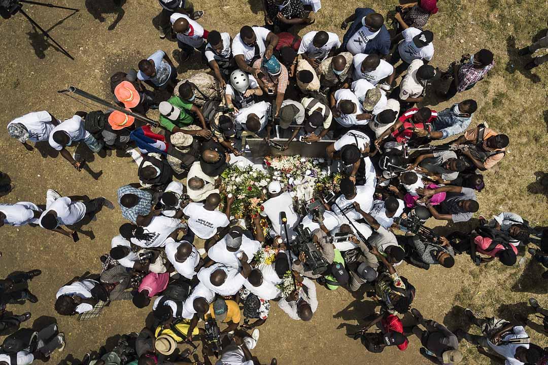 2021年7月14日,海地太子港, Jovenel Moise支持者帶著鮮花、雪茄、蠟燭在總統府外祈禱,以紀念被殺害的總統 Jovenel Moise。 攝:Matias Delacroix/AP/達志影像