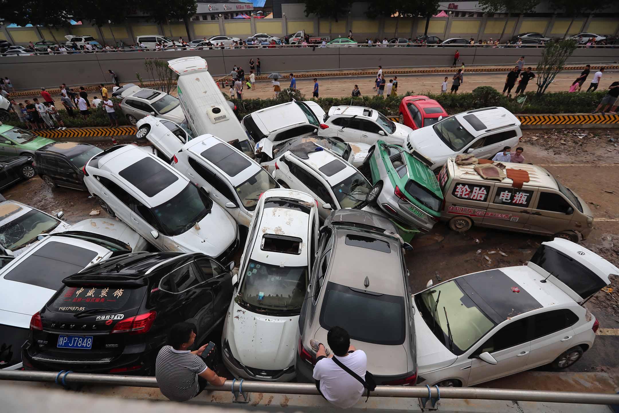 2021年7月22日中國鄭州,高速公路隧道入口處,損壞的汽車停在泥濘的路上。