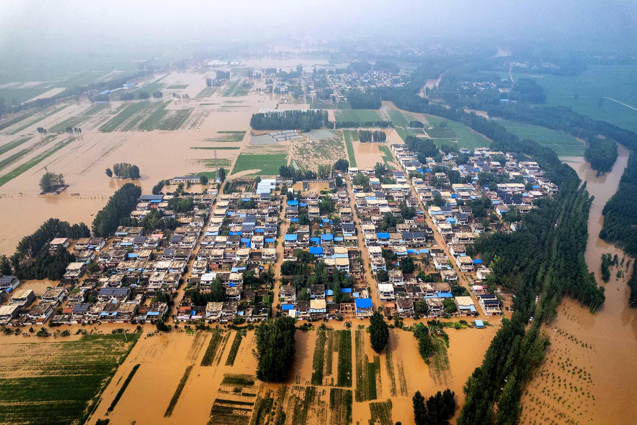 2021年7月23日中國鶴壁市,洪水淹沒一條村。
