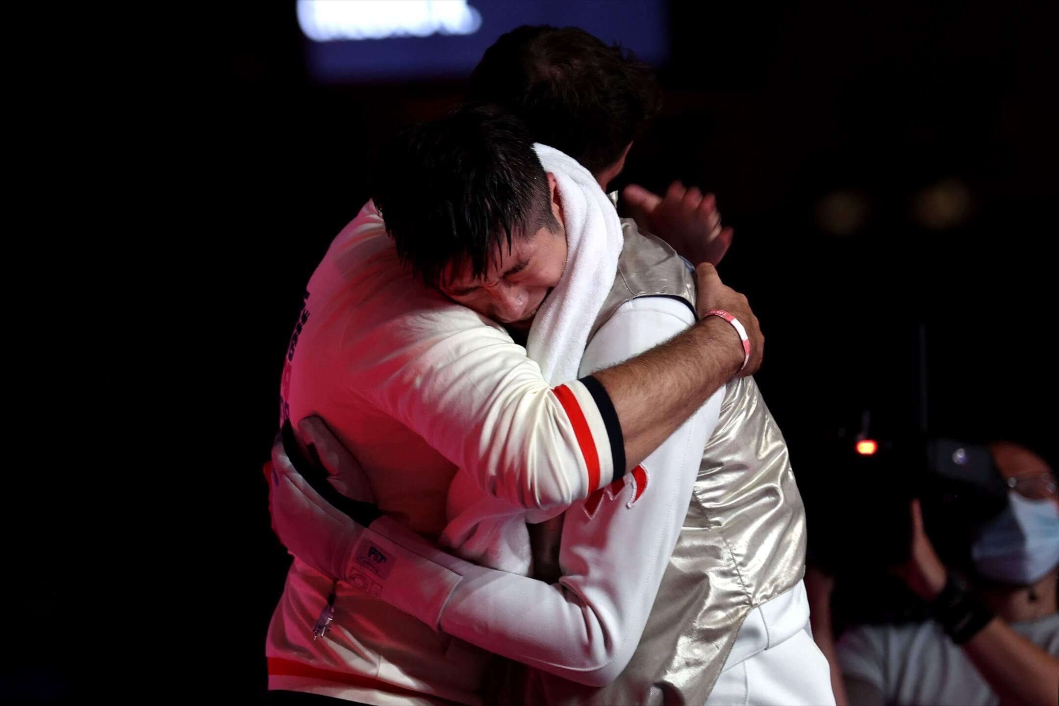 2021年7月26日,東京奧運,香港花劍代表張家朗在決賽中擊敗爭取衛冕的意大利選手Daniele Garozzo後,與教練擁抱。