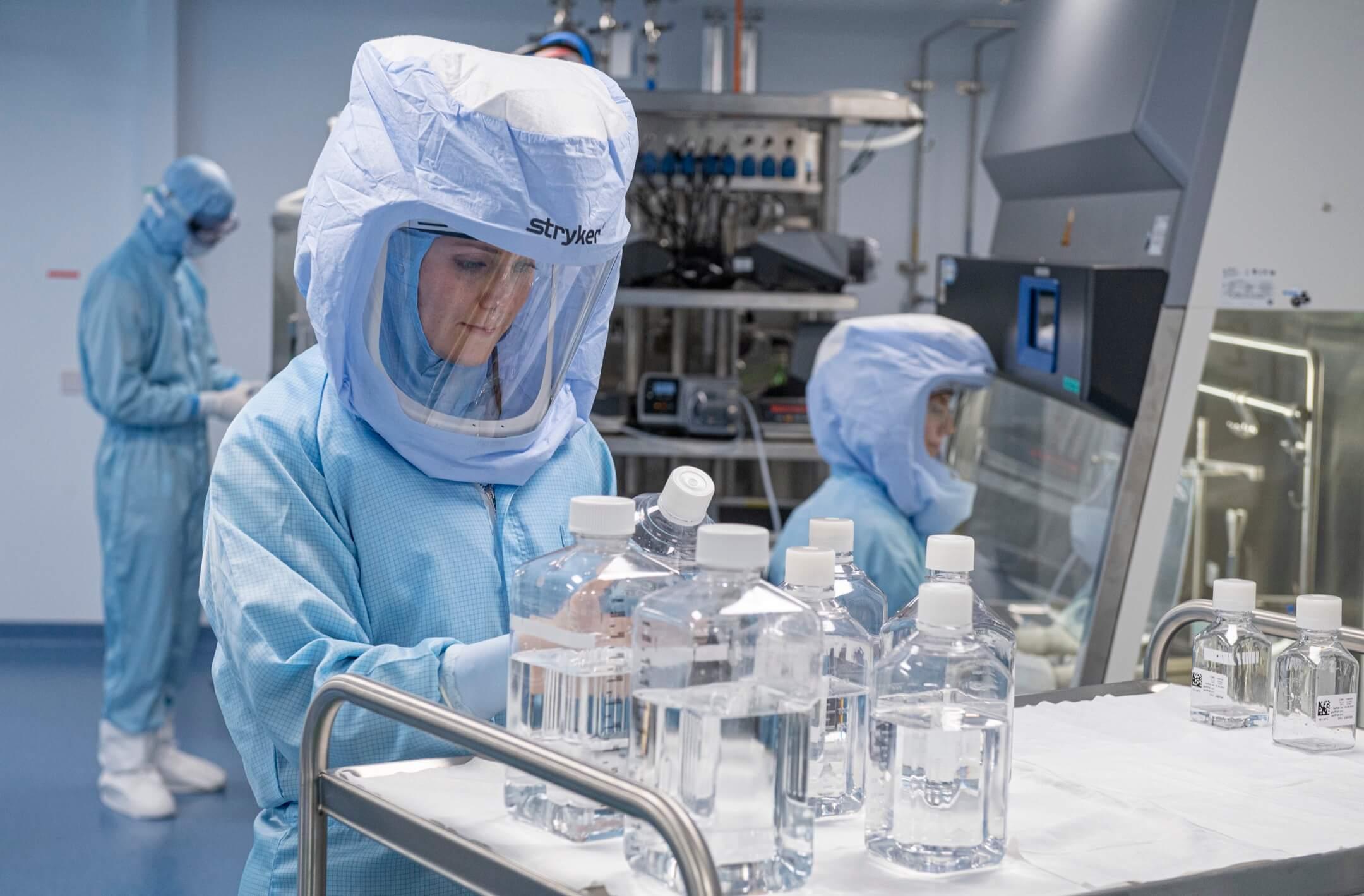 2021年3月27日,德國城鎮馬爾堡Biontech實驗室,穿上全身保護衣的工作人員在無塵間製作2019冠狀病毒疫苗。 攝:Boris Roessler/picture alliance via Getty Images
