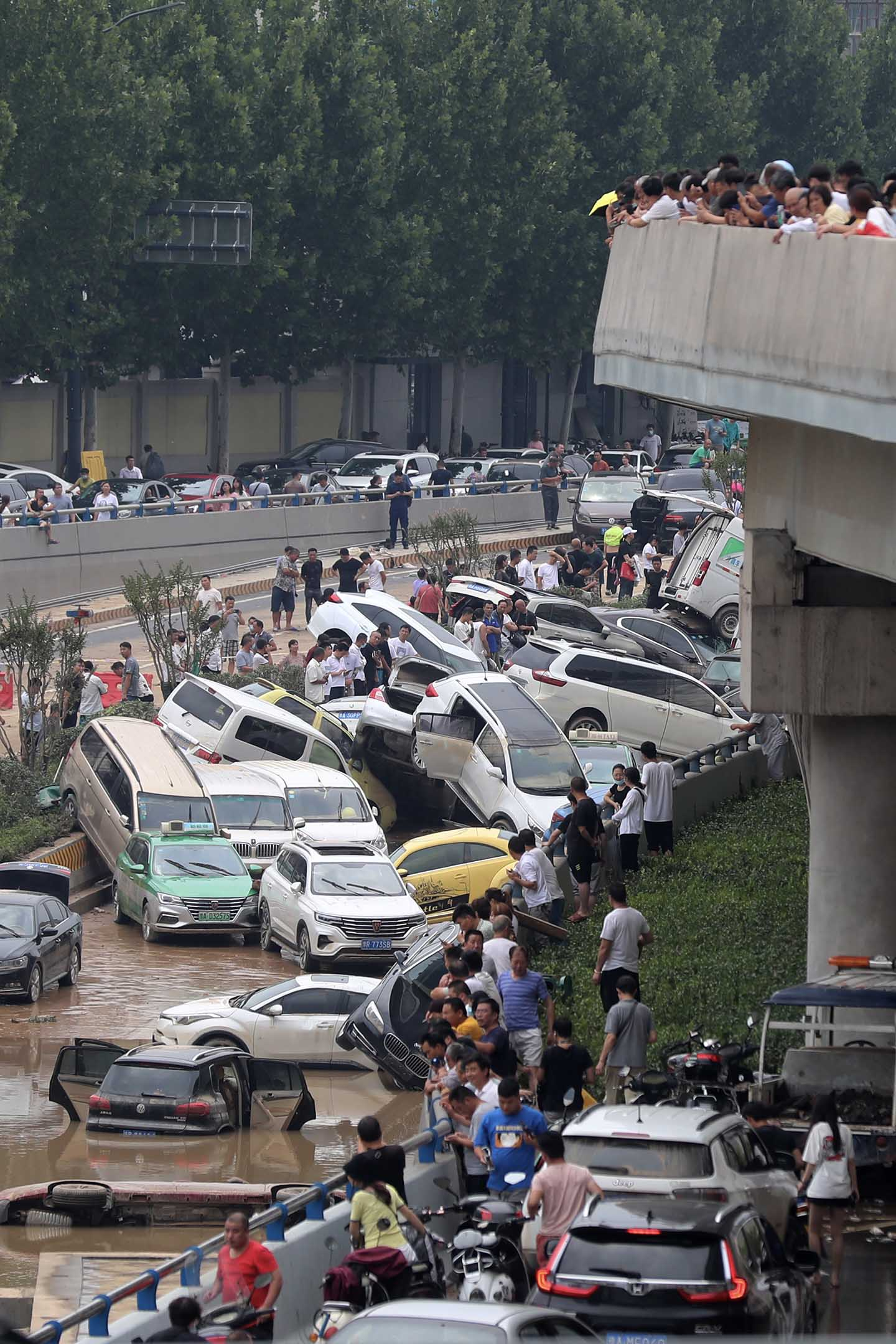 2021年7月22日中國鄭州,高速公路隧道入口處,在洪水中損壞的汽車。
