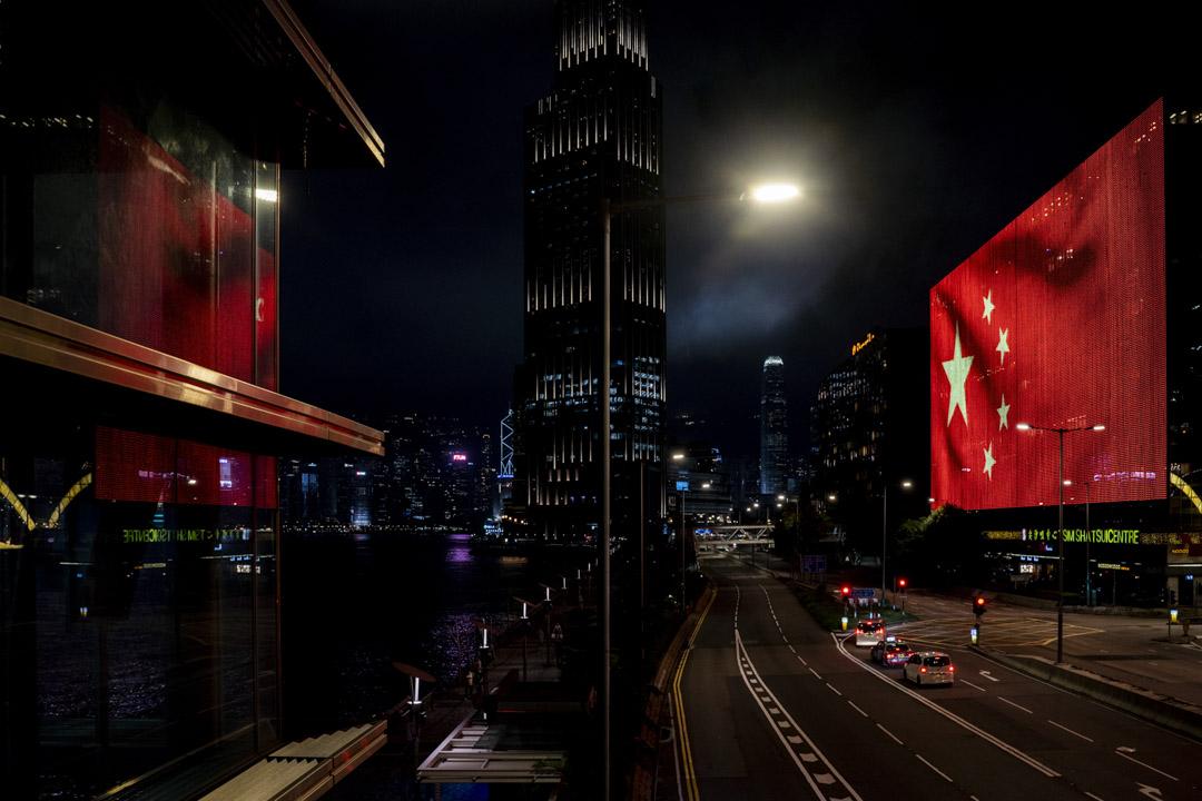 2021年6月29日,尖沙咀中心外牆亮起一面大型的中國國旗。