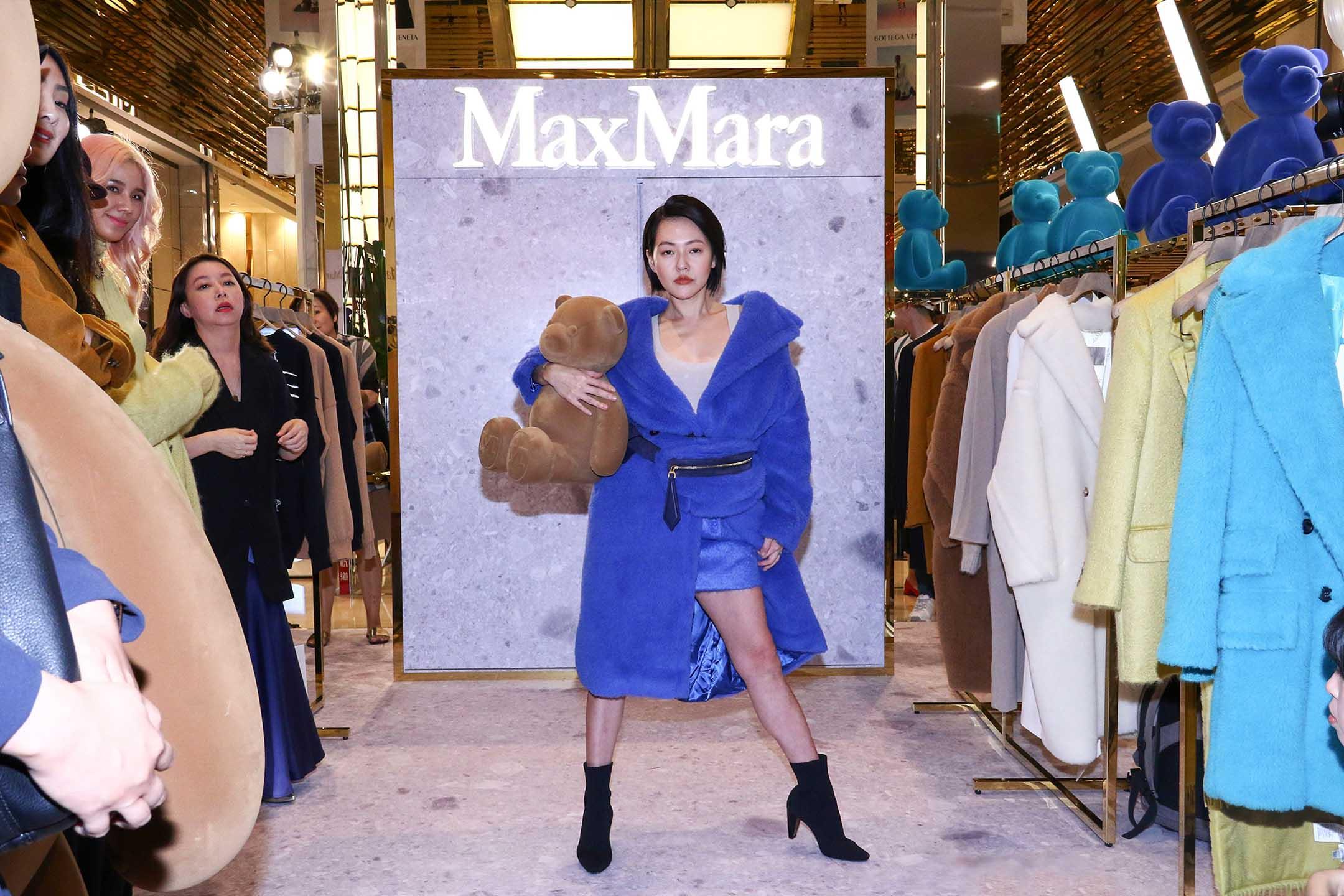 2019年10月24日台灣,小S徐熙娣穿著一件藍色毛衣出席商店開幕式。