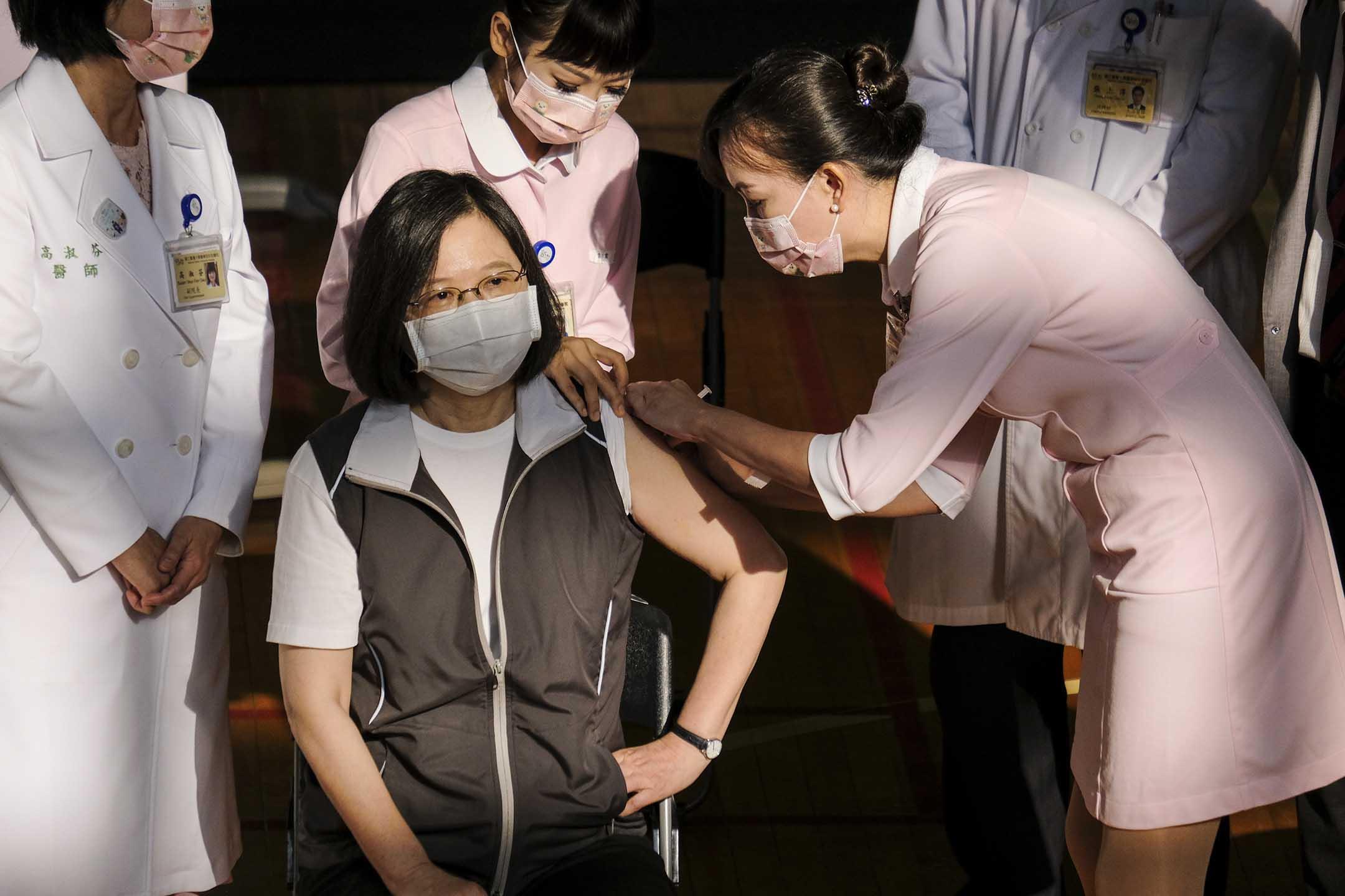 2021年8月23日台北,台灣總統蔡英文接種了第一劑高端疫苗。