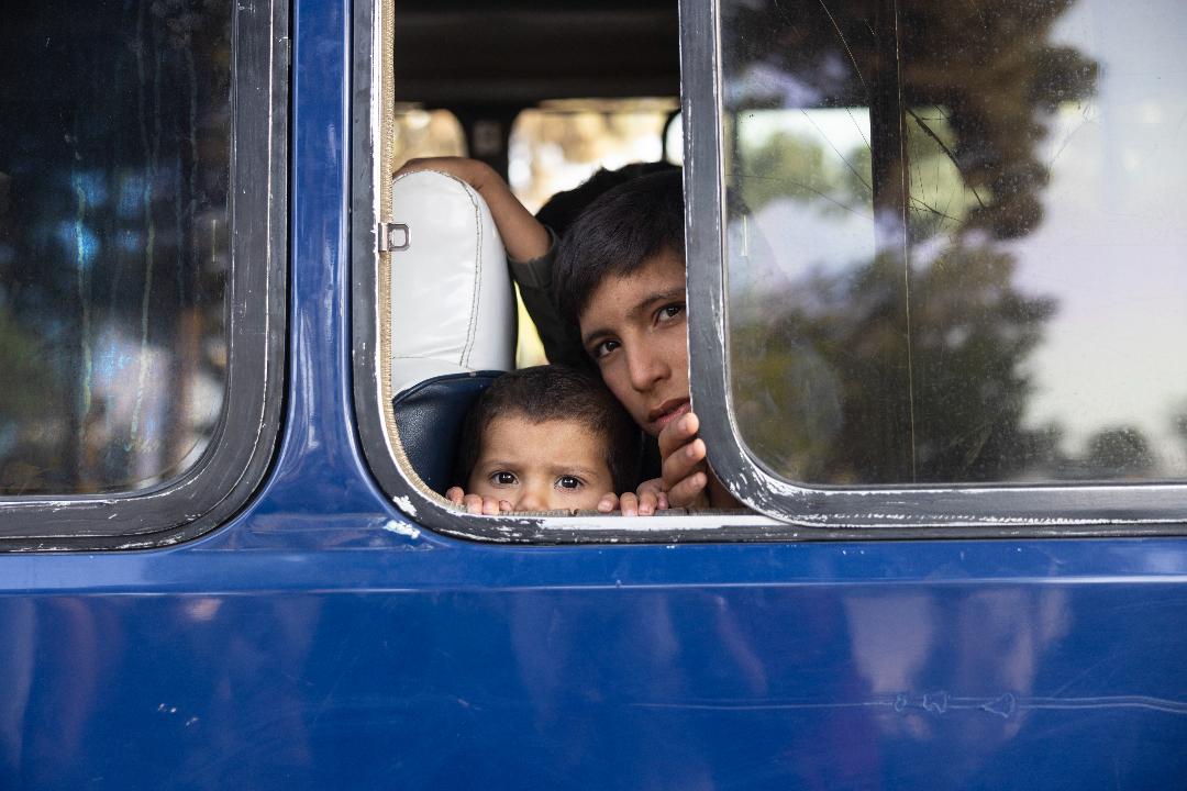 2021年8月12日,阿富汗喀布爾,來自北部的流失失所者從臨時營地被疏散到清真寺及學校。 攝:Paula Bronstein/Getty Images