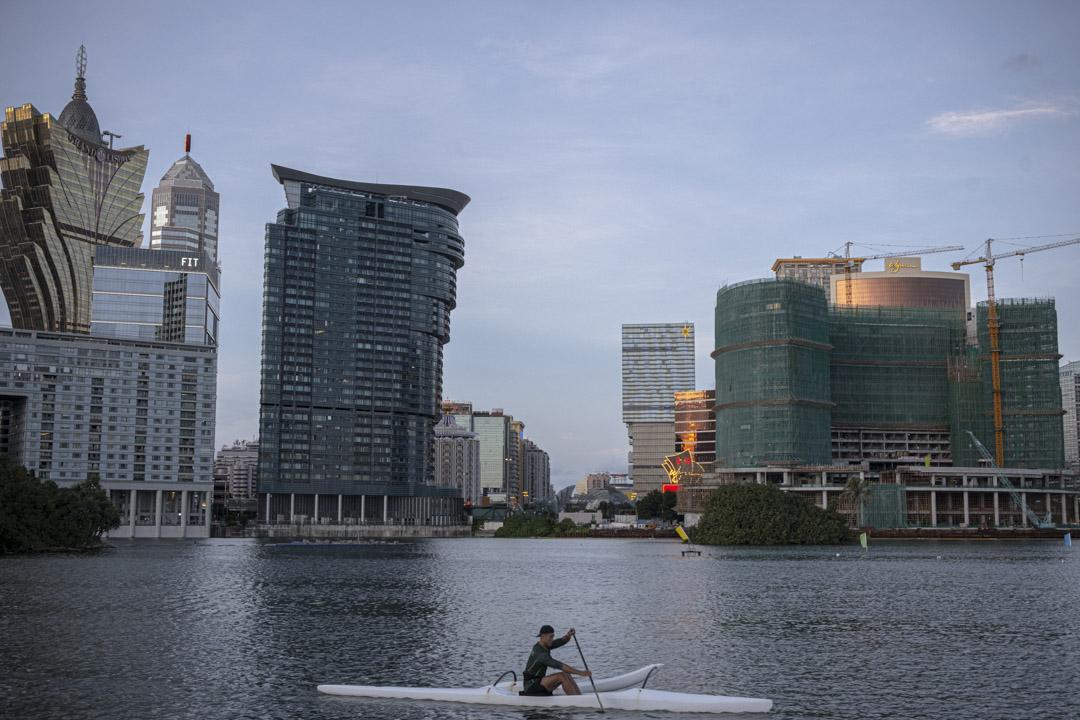 一名運動員在澳門南灣湖水上活動中心進行划艇訓練。