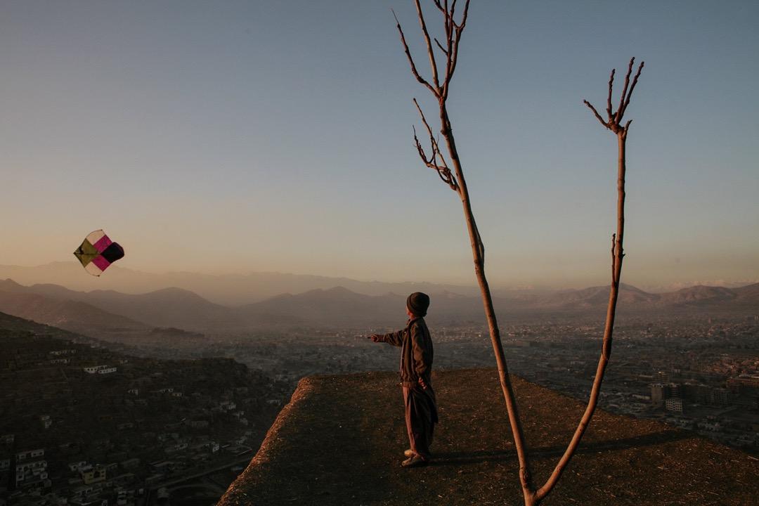 2006年11月23日,一名男孩在阿富汗首都喀布爾的一個山上放風箏。