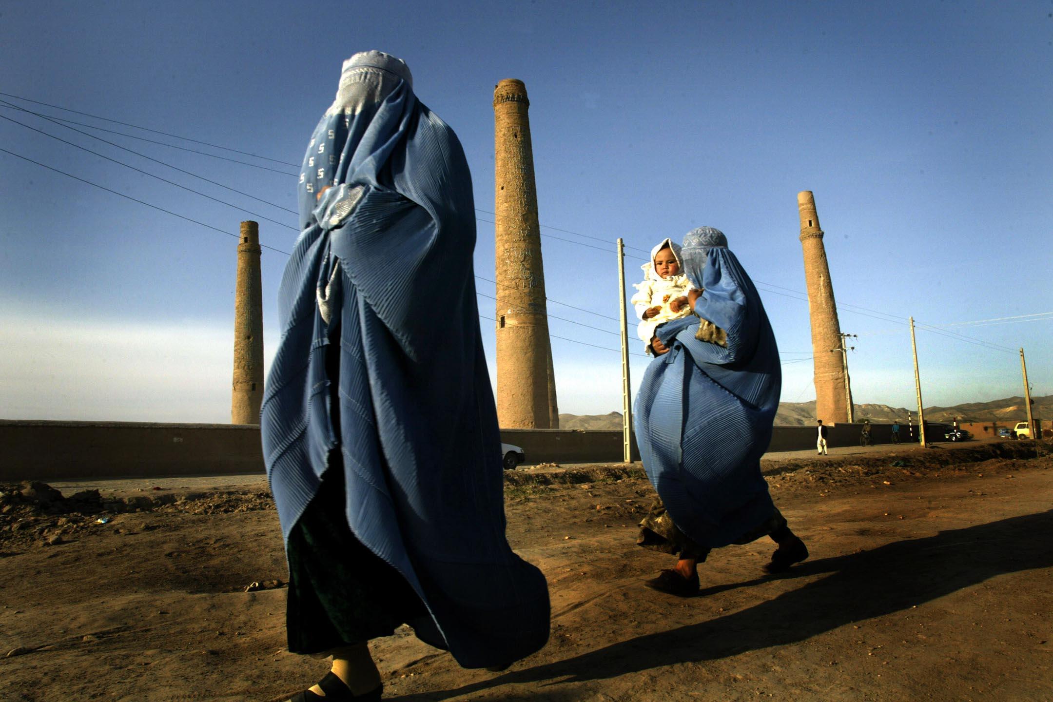 2004年4月10日,婦女走在阿富汗赫拉特。