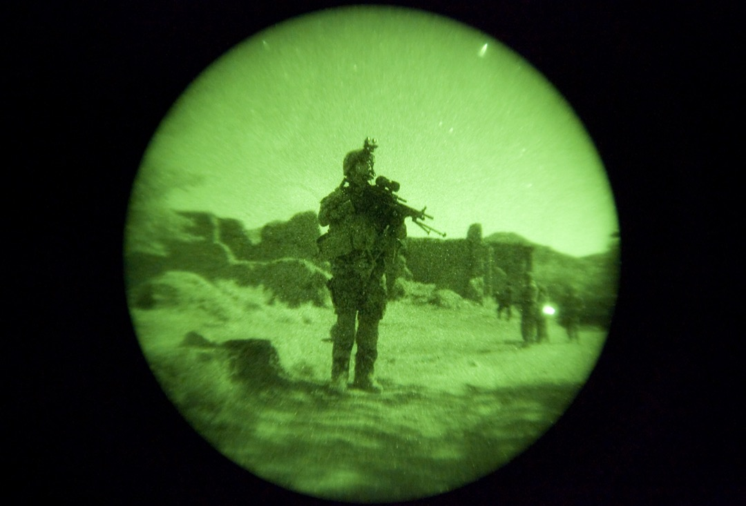 2009年7月16日,阿富汗瓦爾達克省,法軍第8砲兵團士兵在山區Kharuti的一個村莊與美軍及阿富汗部隊進行聯合巡邏。