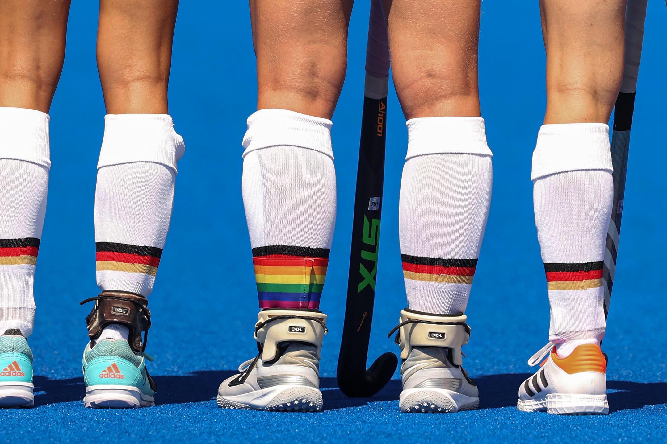 2021年7月25日日本東京奧運會,德國隊與英國隊的曲棍球比賽期間,一名隊員穿上彩虹旗。 攝:Alexander Hassenstein/Getty Images