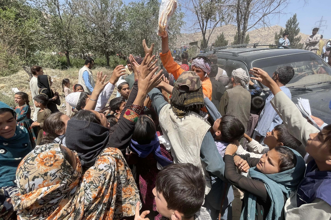 2021年8月10日,阿富汗喀布爾,流離失所的平民逃離北部省份,在條件簡陋的公園尋求庇護。 攝:Haroon Sabawoon/Getty Images