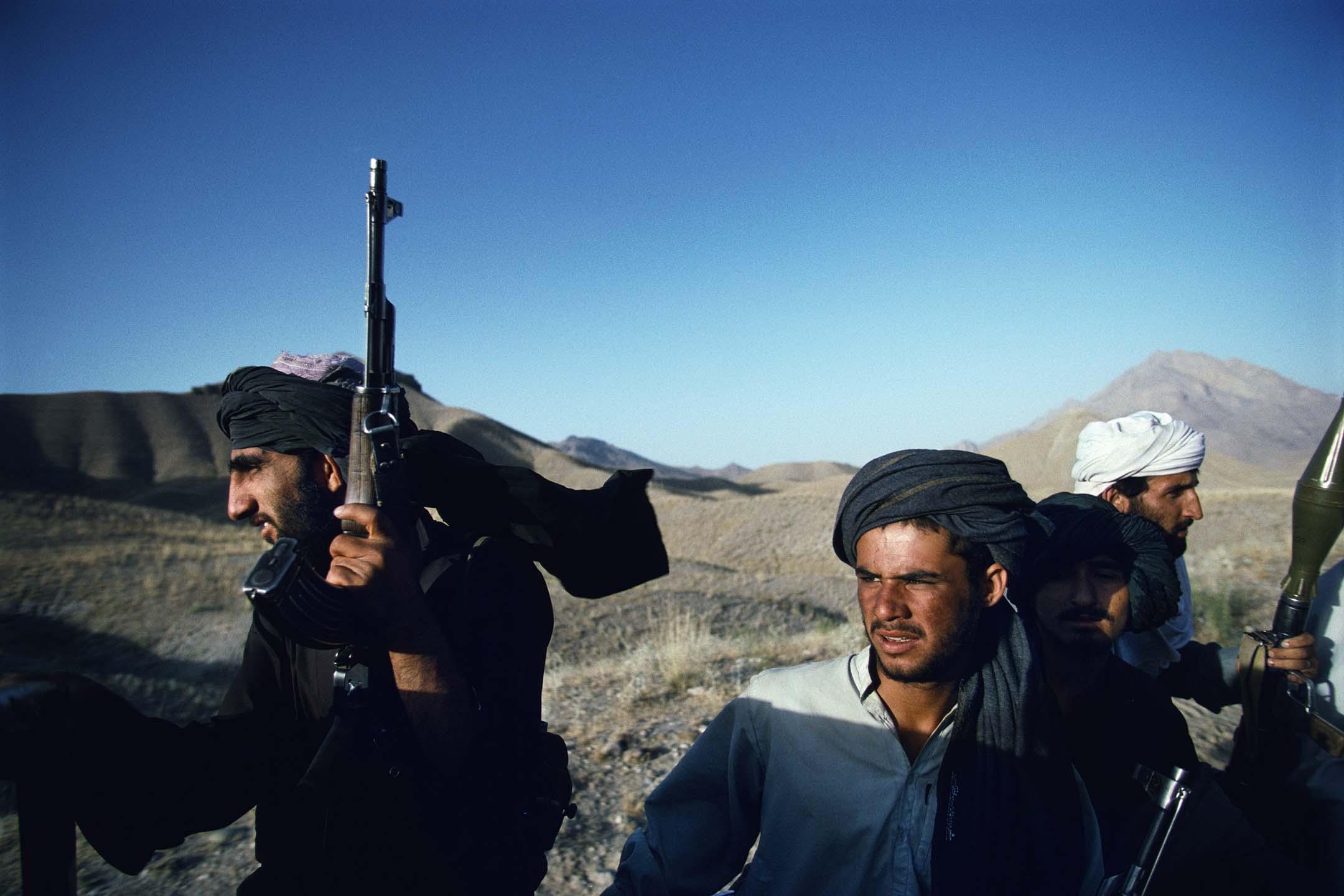 1996年,武裝塔利班士兵在阿富汗喀布爾郊外乘坐一輛皮卡車。  圖:Getty Images