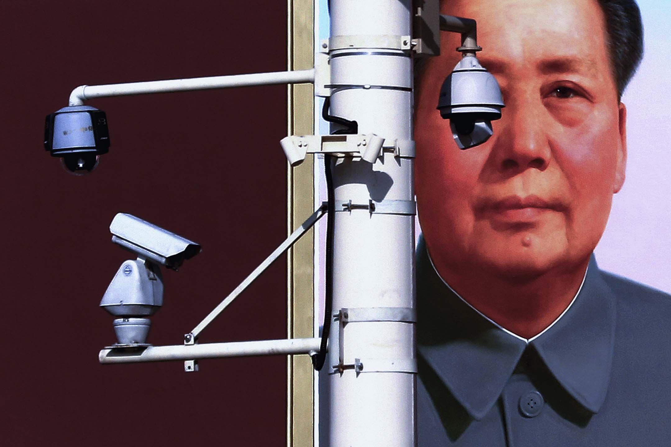 2012年11月11日中國共產黨第十八次全國代表大會正在召開,北京天安門廣場上攝像機安裝在前主席毛澤東巨幅畫像前。