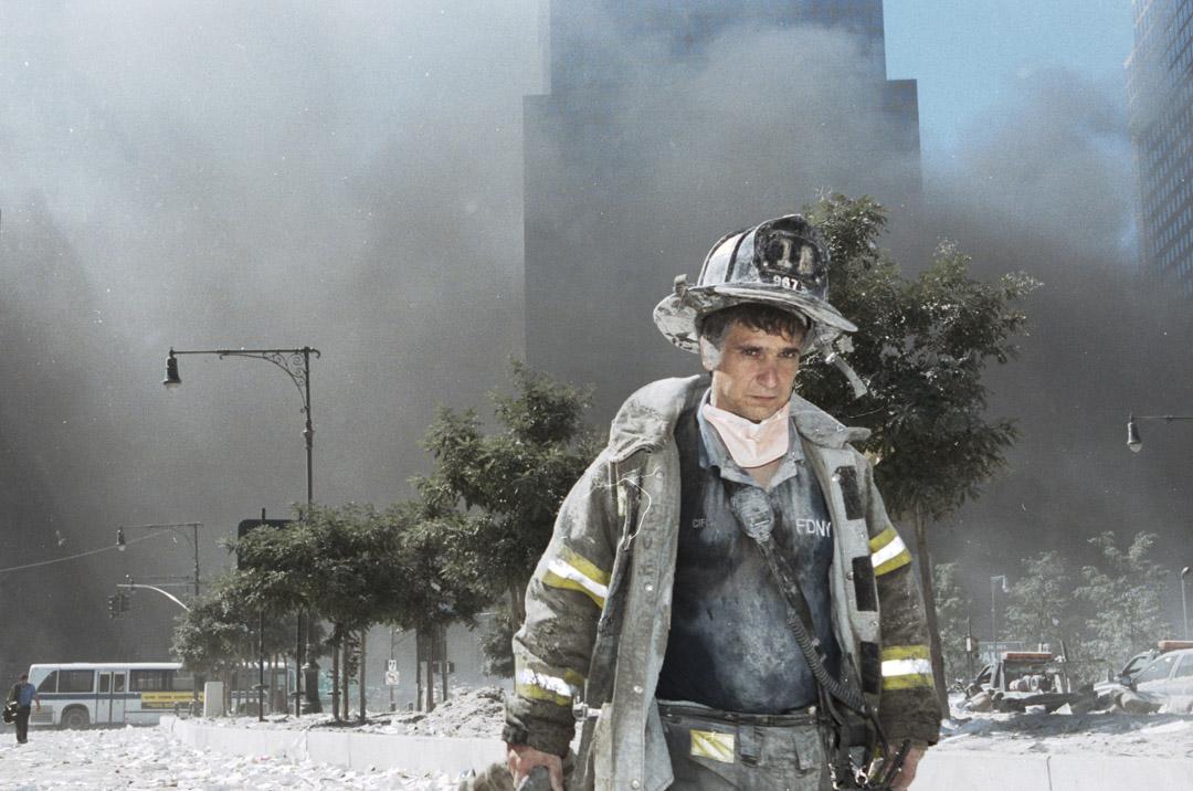 2001年9月11日,911事件,紐約市的世界貿易中心的雙子塔倒塌後,在災場的紐約市消防員。