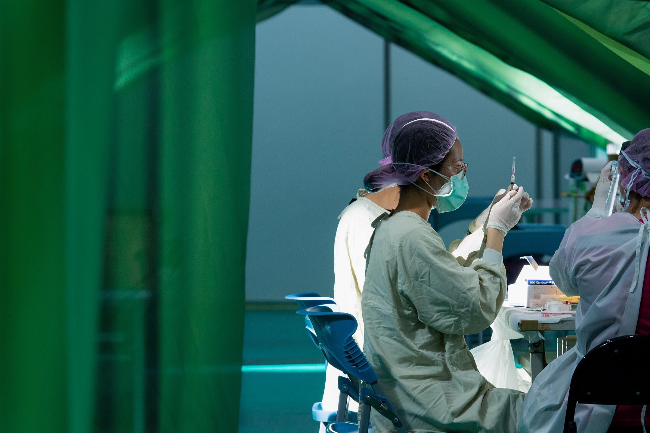 2021年7月2日台灣,醫護人員準備爲市民接種疫苗。