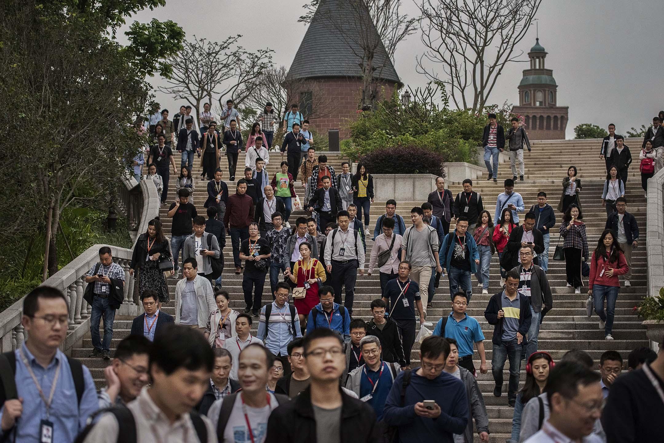 2019年4月12日中國東莞,華為員工在研發園區下班離開。
