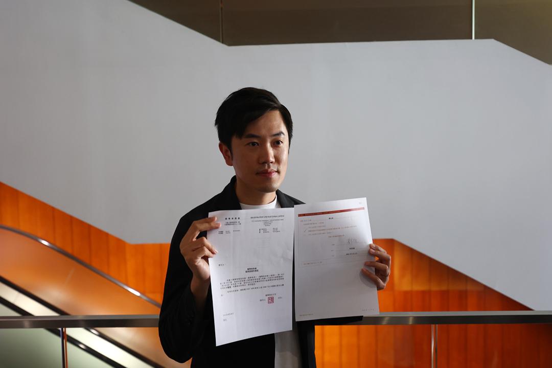 2021年8月26日,鄭松泰的選委會參選人資格被裁定無效,他也因此立即喪失立法會議員資格。圖為鄭松泰向傳媒展示資格審查委員會向他發出的書面通知。 圖:端傳媒