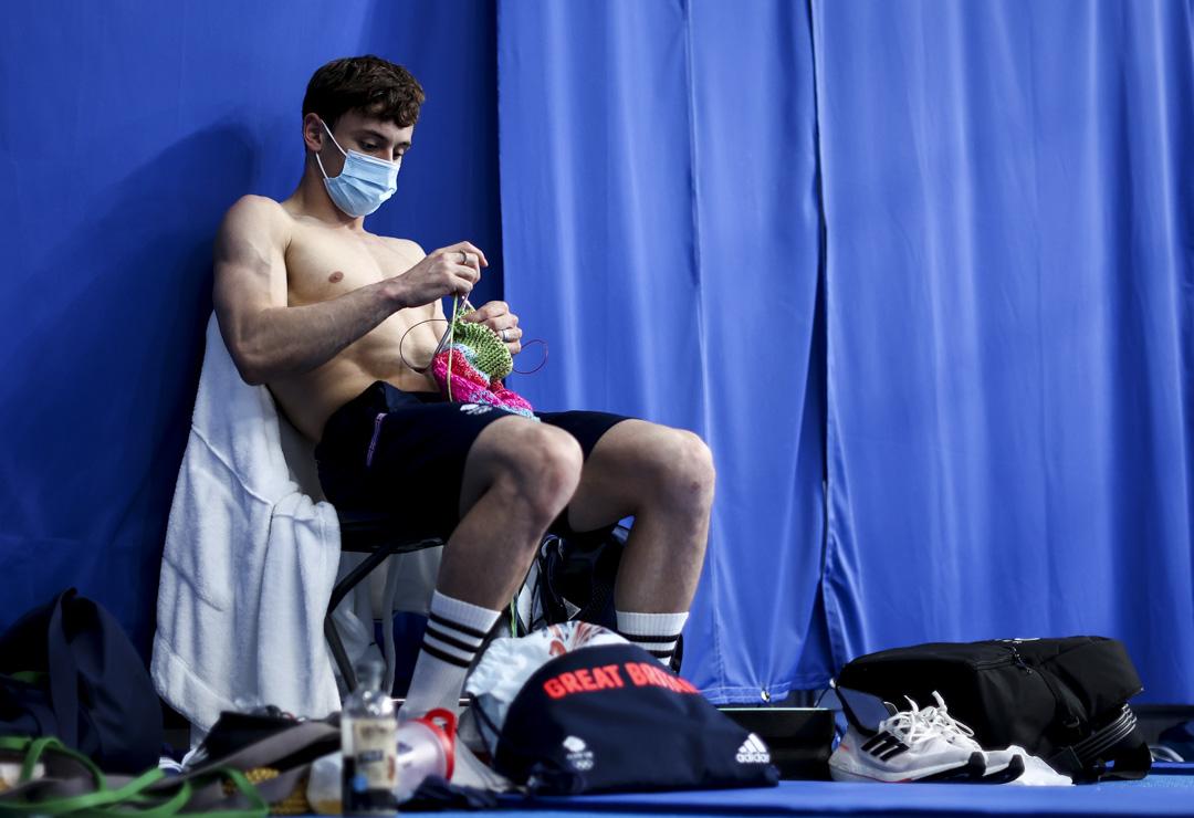 2021年8月7日,英國跳水選手Tom Daley在十米高台跳水決賽前織冷衫。