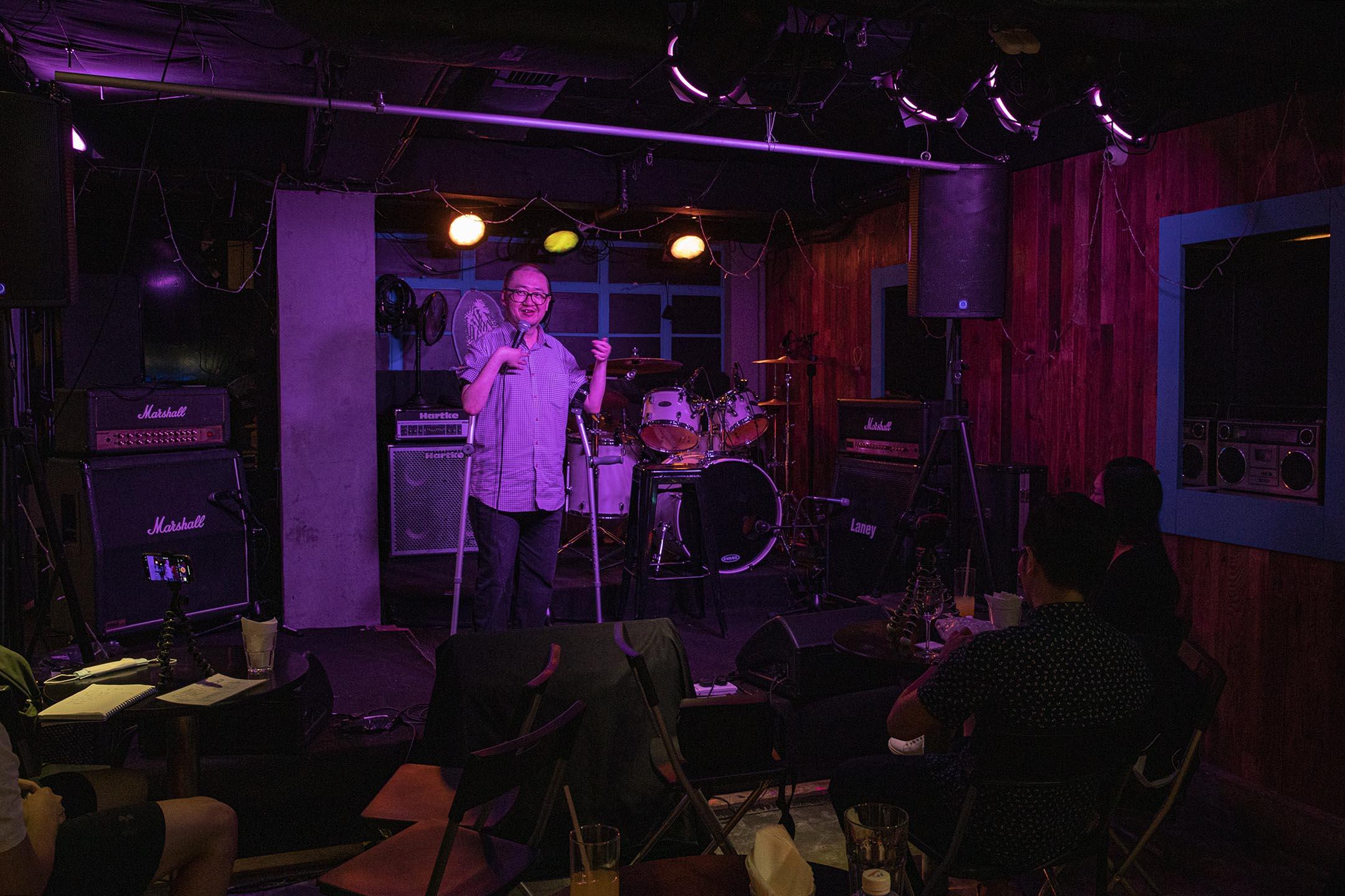 喜劇藝人的聚腳活動「Open Mic」,表演者在台上演出。