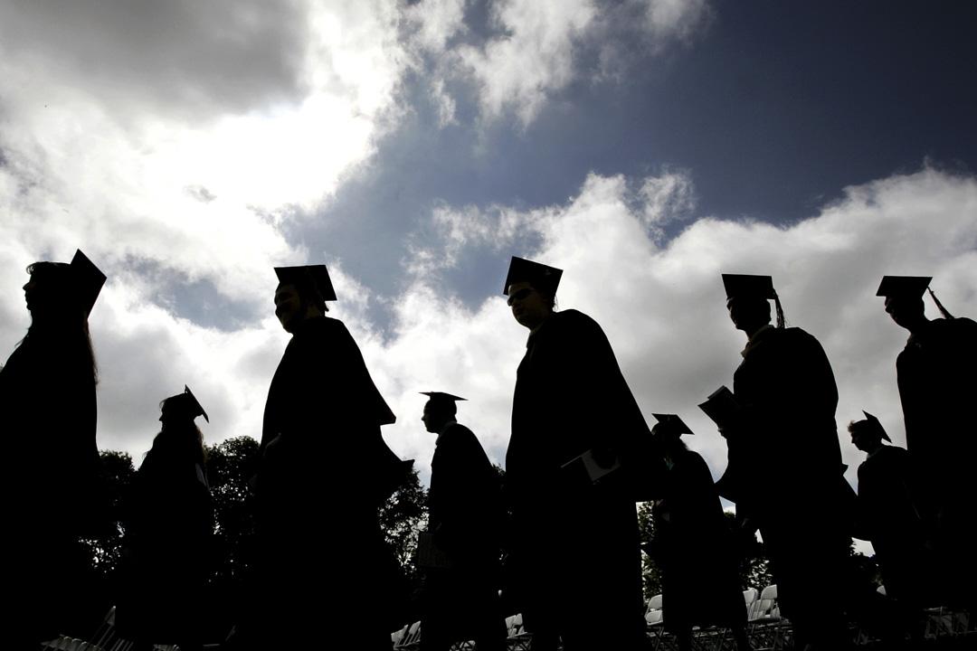 美國一間大學的學生們在排隊參加畢業典禮時的剪影。
