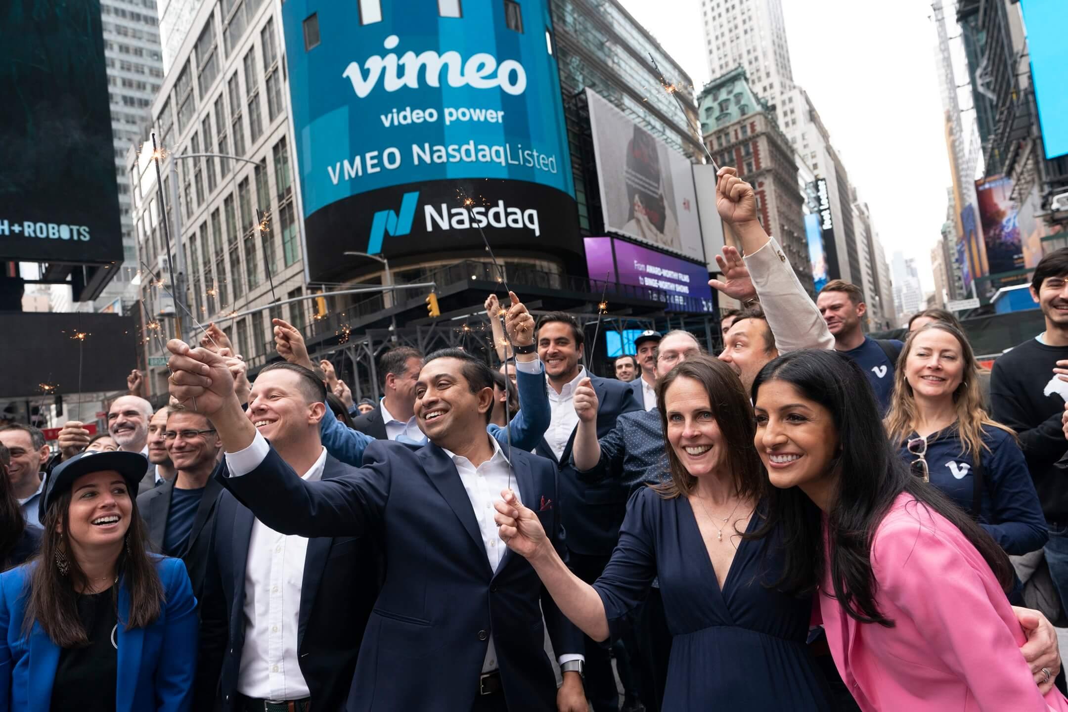 2021年5月25日,美國紐約,網上影音播放平台Vimeo在納斯達克上市,行政總裁Anjali Sud(右下)聯同員工在交易所外合照。 攝:Mark Lennihan/AP/達志影像