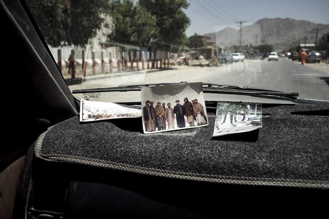 謝克爾·穆罕默德在他的「豐田」車上展示自己青年時代與古勒卜丁·希克馬蒂亞爾的合影。