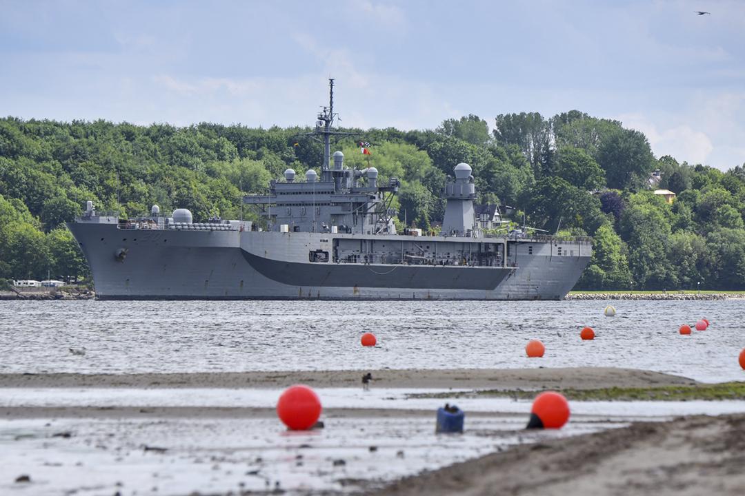 圖為美國第六艦隊旗艦惠特尼山號兩棲指揮艦(USS Mount Whitney LCC-20)。 攝:Joerg Waterstraat / AP