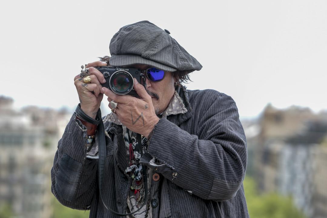 2021年4月16日,強尼.戴普在西班牙巴塞羅那宣傳他的最新電影《惡水真相 Minamata》(2020)。