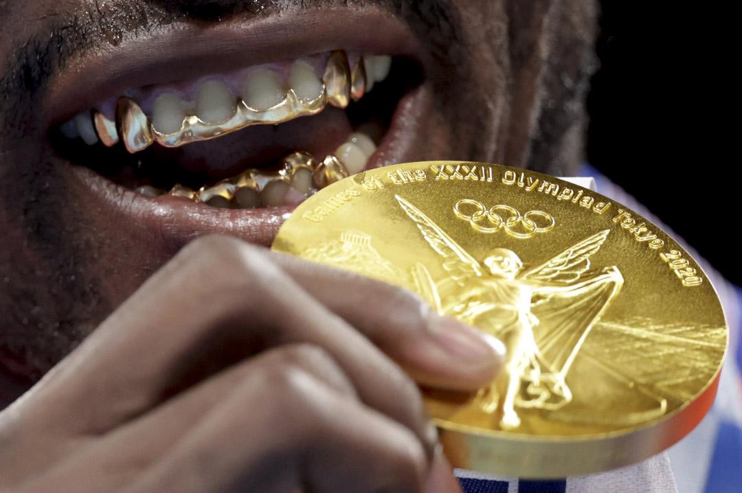2021年8月6日,古巴拳擊選手Julio Cesar La Cruz勝出決賽後在展示金牌。