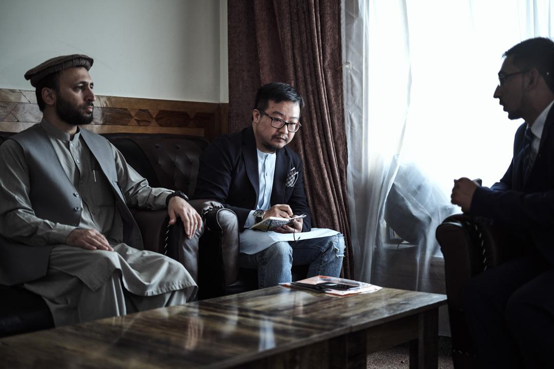 2018年7月,本文作者(左二)在伊斯蘭黨總部第一次拜會賈邁勒·賈馬魯丁·希克馬蒂亞爾(左一)。