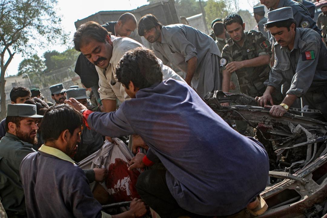 2009年10月8日,阿富汗首都喀布爾發生自殺式炸彈襲擊,造成12人死亡,逾60人受傷。救援人員嘗試從一輛被炸毀的車輛中取出一具遺體。