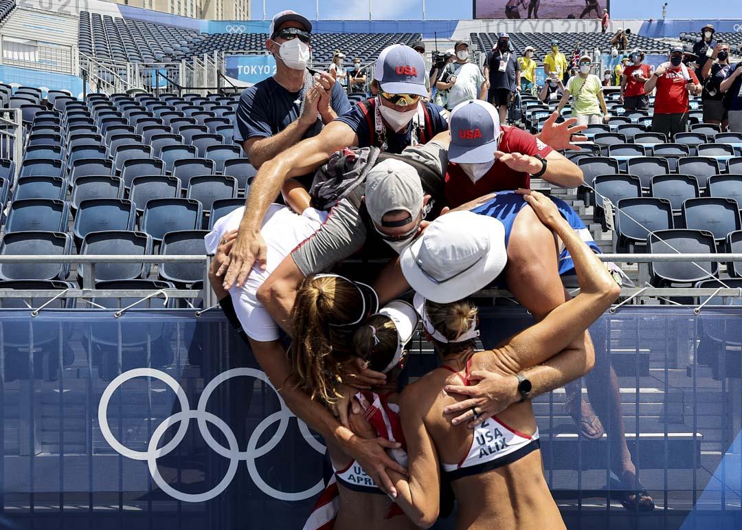 2021年8月6日,東京奧運沙灘排球賽事,美國隊戰勝澳洲隊後,隊員們擁抱慶祝。