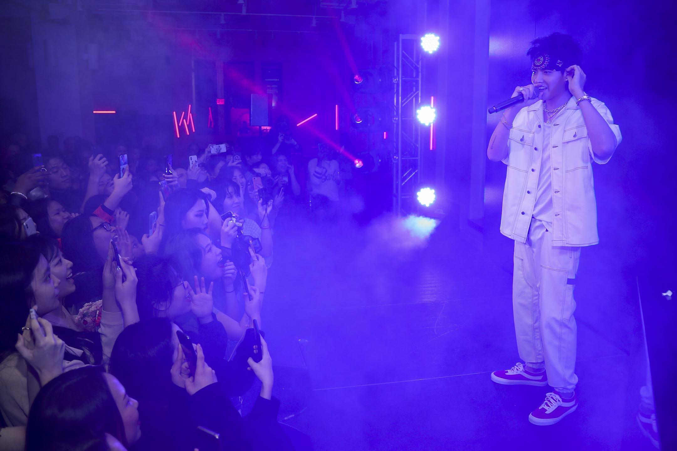 2018年11月6日,吳亦凡在一個專輯發行派對上表演,觀眾爭相拍照。 攝:Cassidy Sparrow/Getty Images for Interscope Records