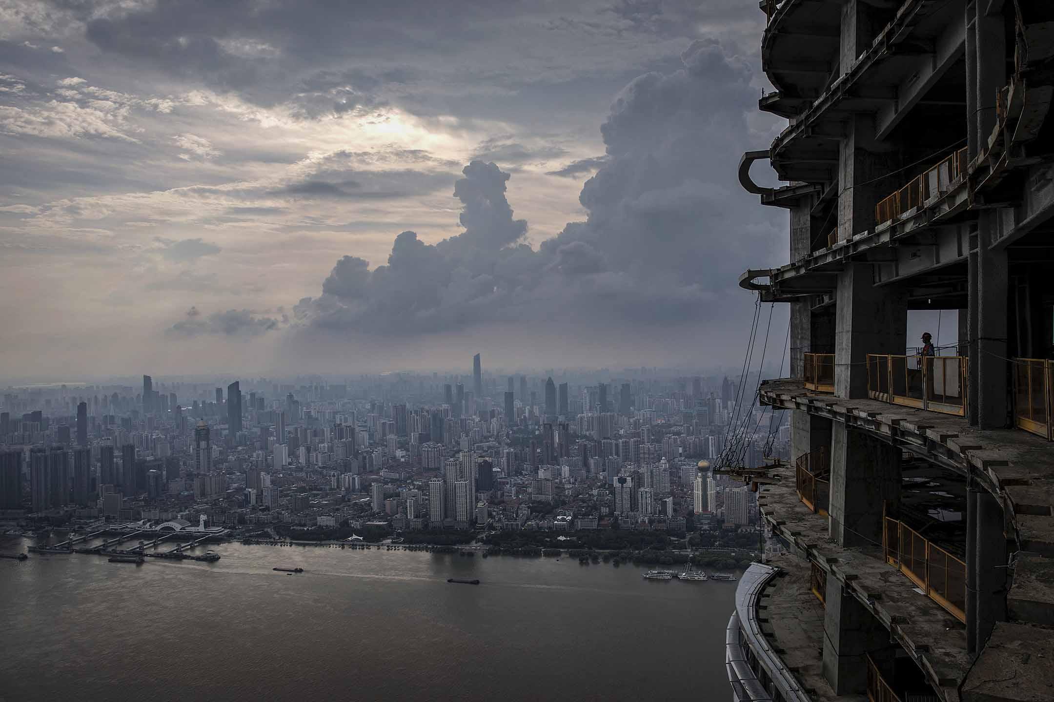 2020年8月11日中國武漢,一名建築工人於武漢的摩天大廈工作。 圖:Getty Images