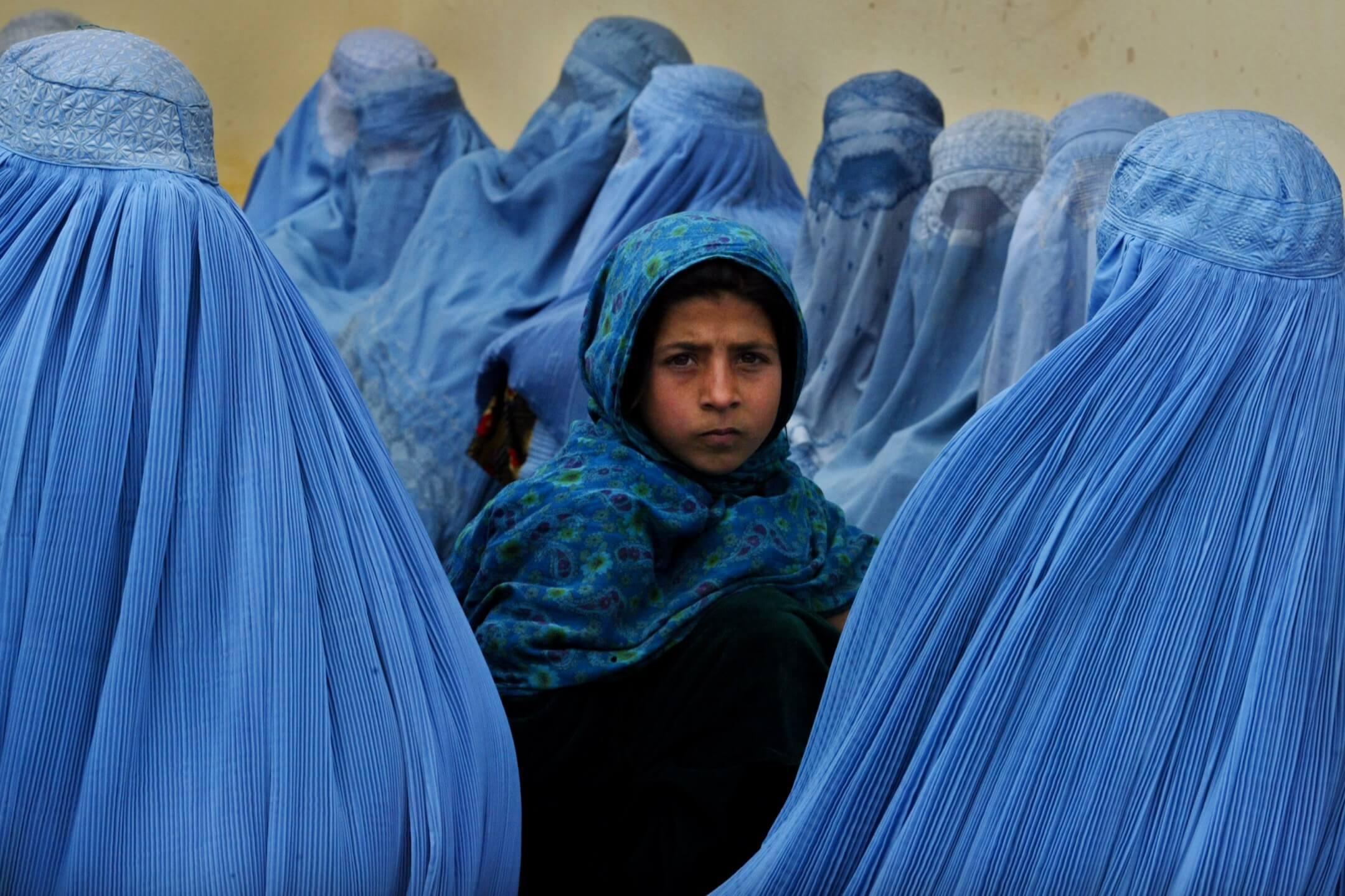 2003年2月23日,阿富汗卡拉坎地區,女士們排隊進入當地一所診所。 攝:Paula Bronstein/Getty Images