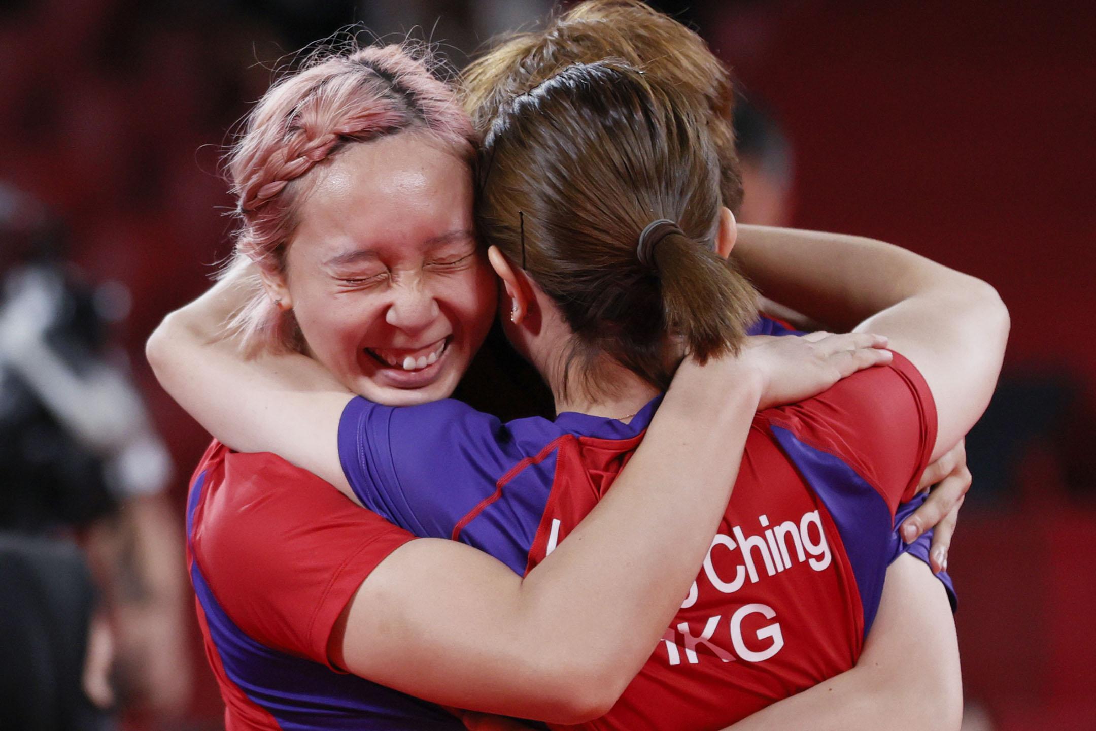 2021年8月5日日本東京,香港隊的蘇慧音(左)在乒乓球女子團體銅牌比賽中獲勝後被隊友擁抱。