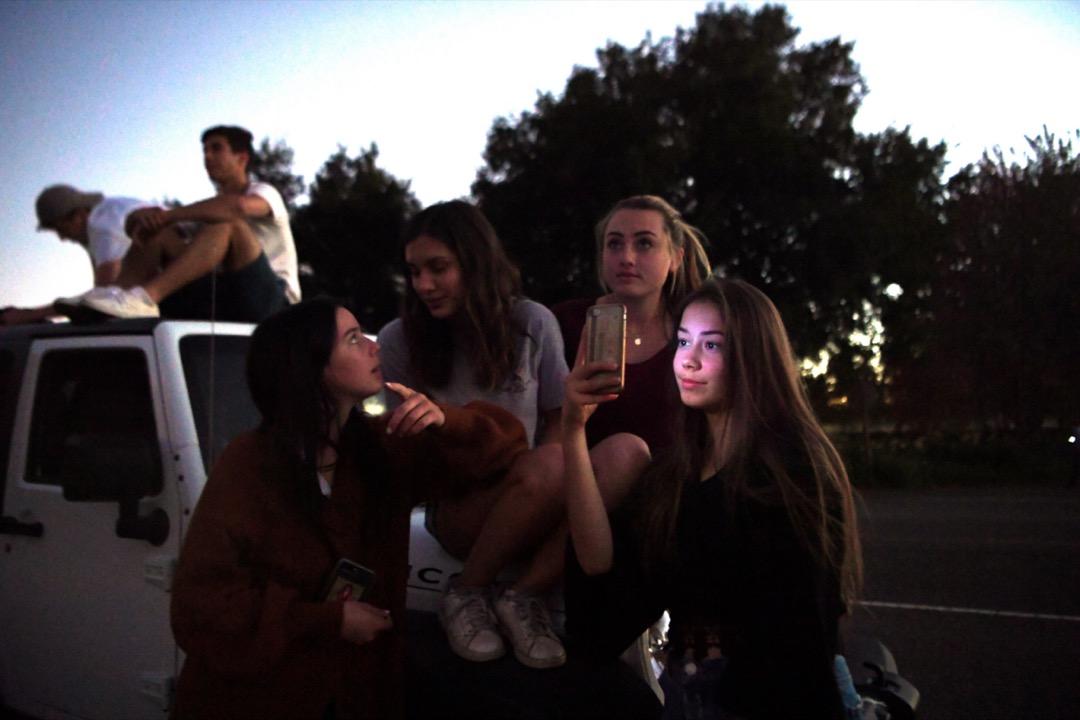 數名歐洲留學生在美國的高中校園外聚會。