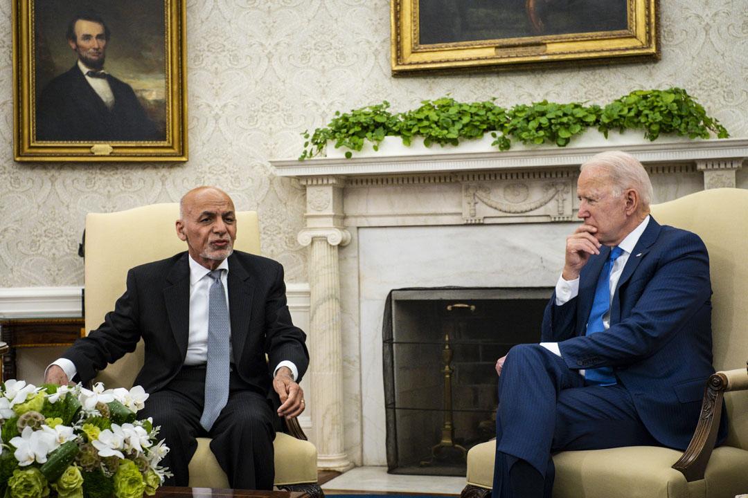 2021年6月25日,美國總統拜登在華盛頓的白宮橢圓形辦公室接待阿富汗總統加尼。