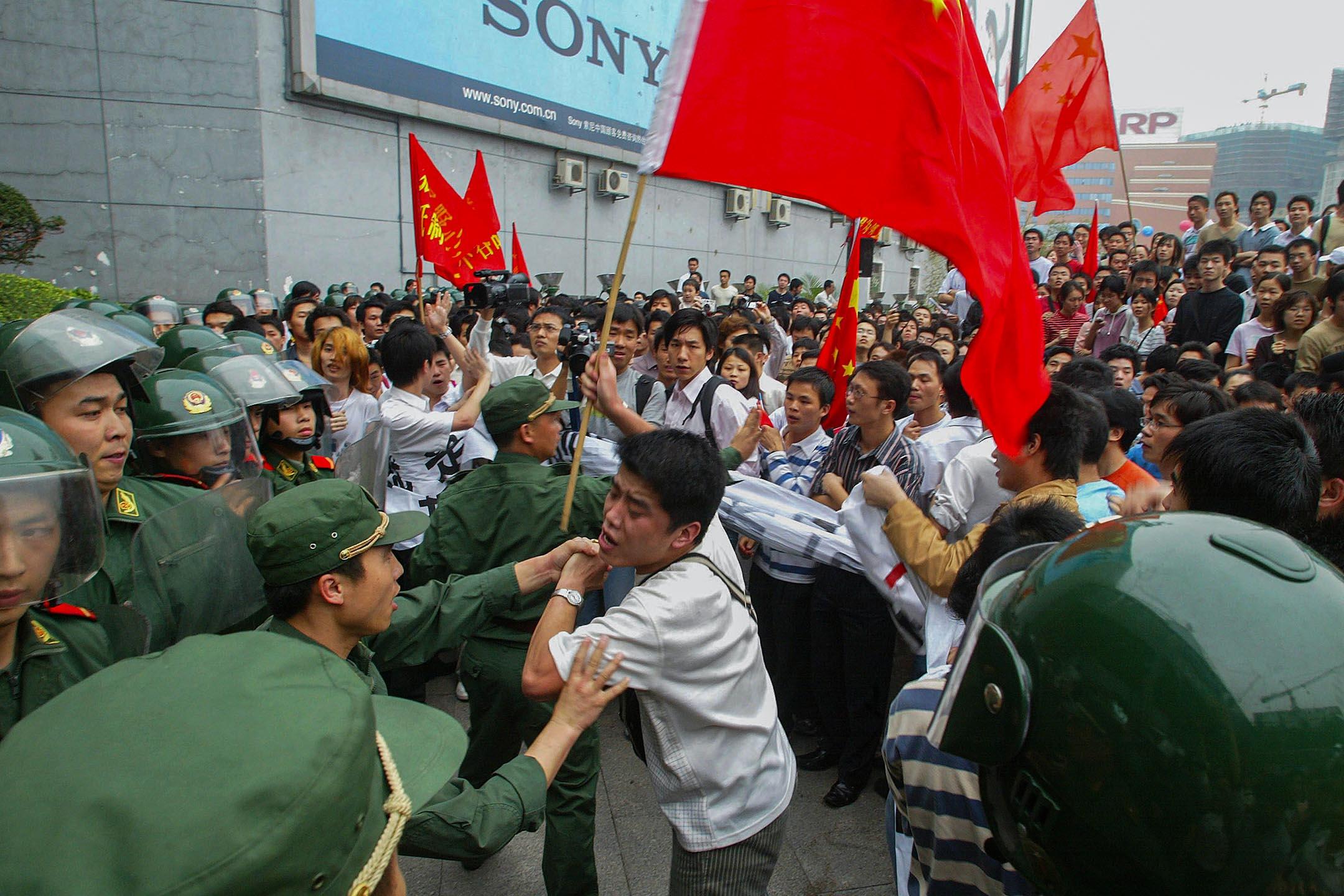 2005年4月10日中國廣州,中國示威者在反日集會期間試圖襲擊一家日資百貨公司時與警方發生衝突。