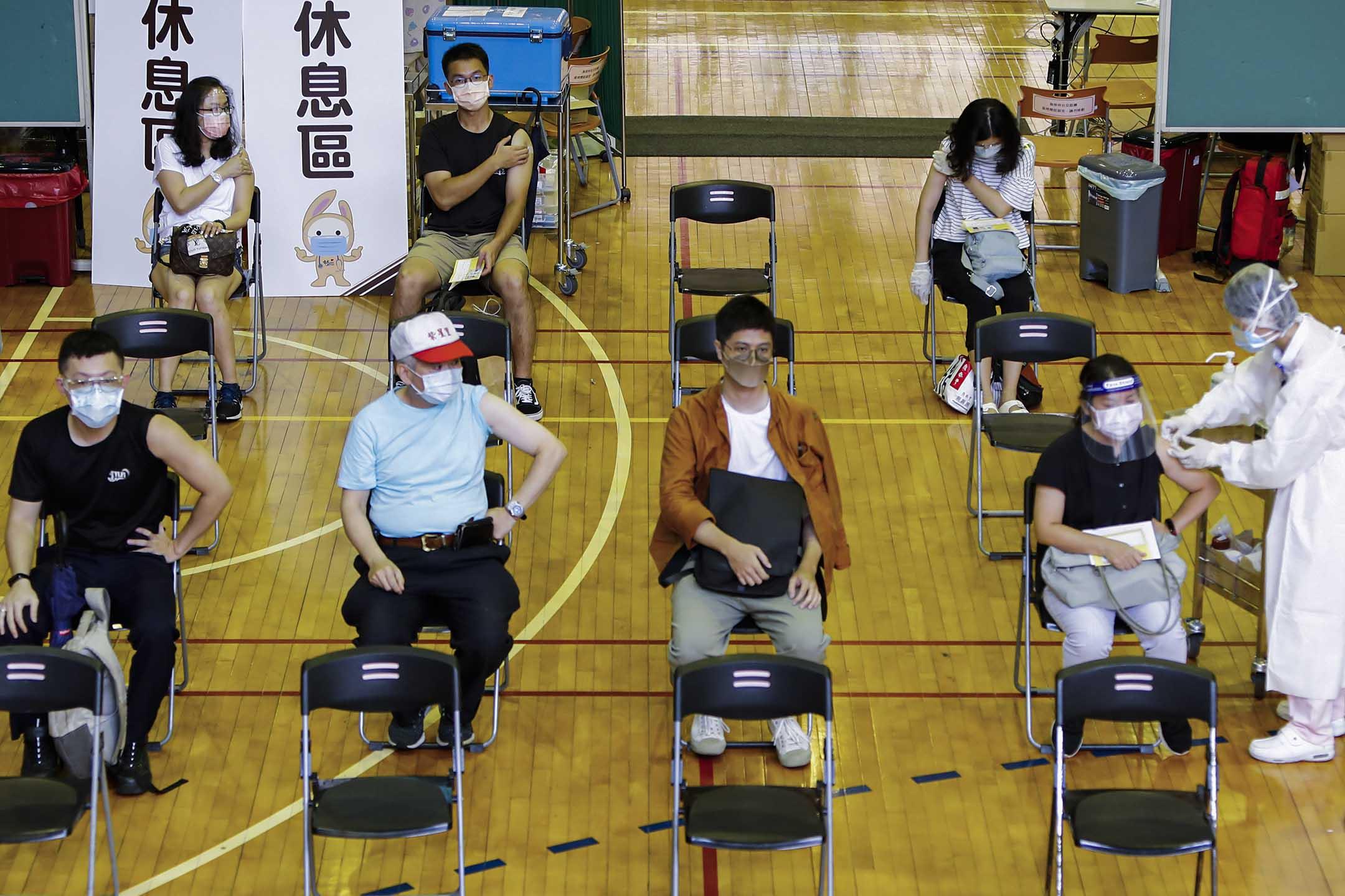 2021年7月21日台灣台北,人們在醫院內接種2019冠狀病毒的疫苗。