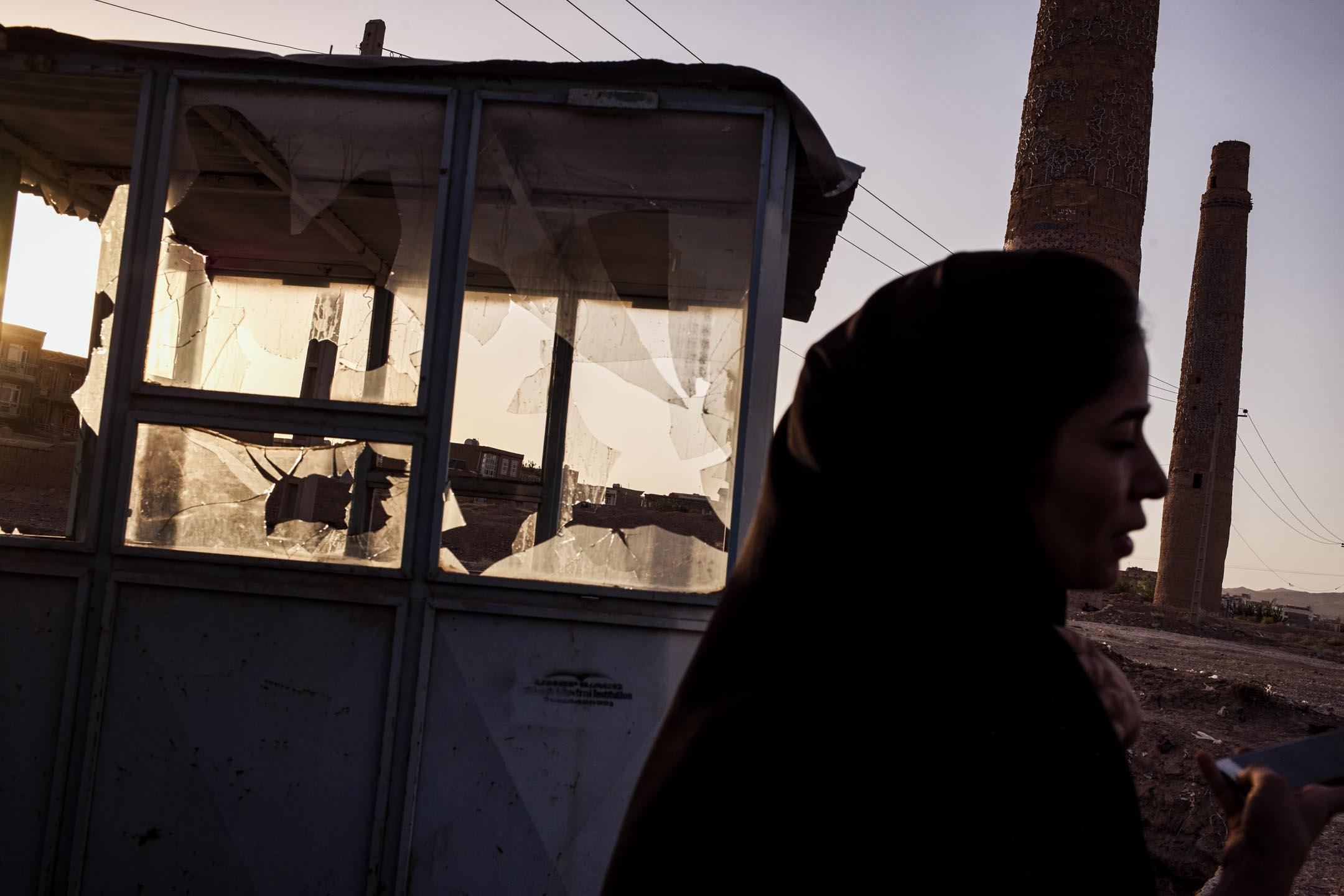 在阿富汗西部名城赫拉特,一名當地女孩站在15世紀建造的高哈爾紹德清真寺殘存的宣禮塔旁。
