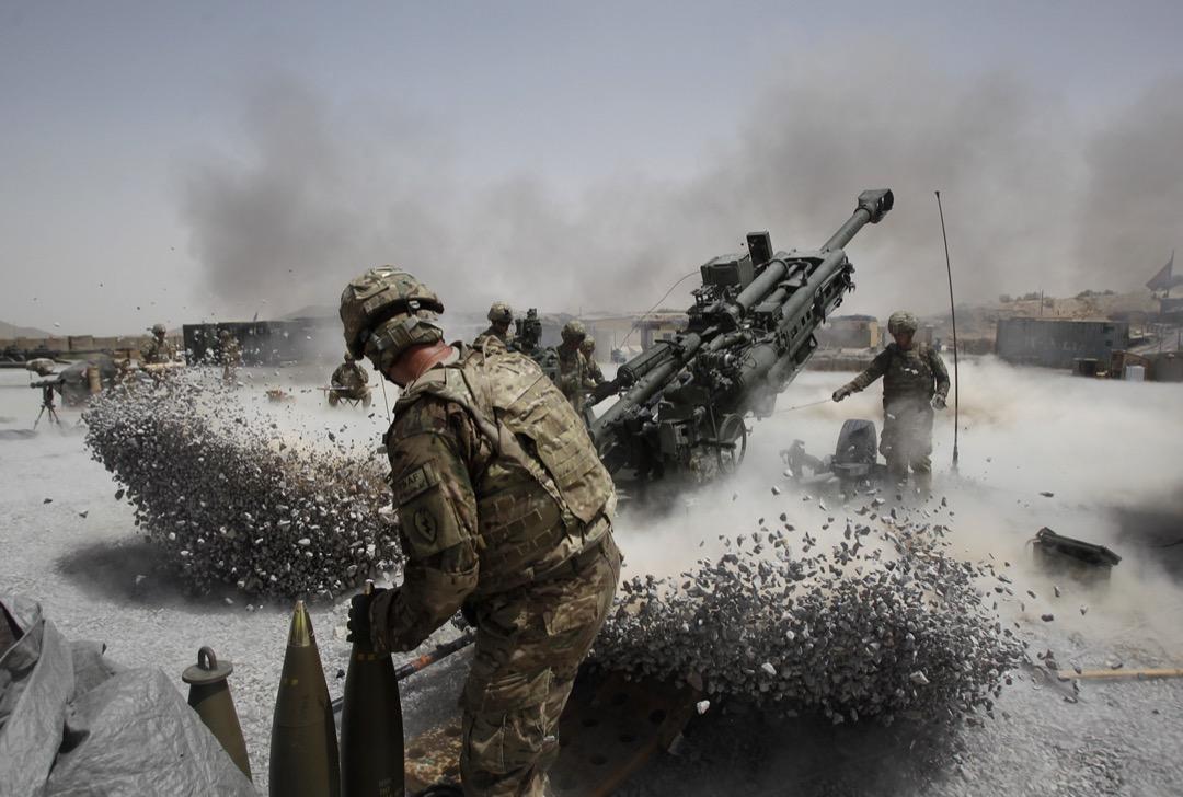 2011年6月12日,阿富汗坎大哈省,美軍發射榴彈砲。