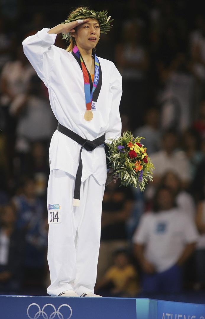 2004年8月26日,雅典奧運女子49公斤金牌得主,台灣的陳詩欣在頒獎典禮中,舉起受傷右手,哭著向台灣人陌生的「中華奧會旗」行禮。