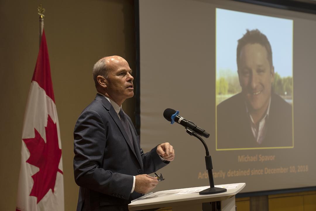 2021年8月11日在加拿大駐中國大使館,大使館代辦尼克爾(Jim Nickel)向來訪的各國外交人員,簡報加籍商人斯帕弗(Michael Spavor)在中國遭受到審判。 攝:Mark Schiefelbein / AP